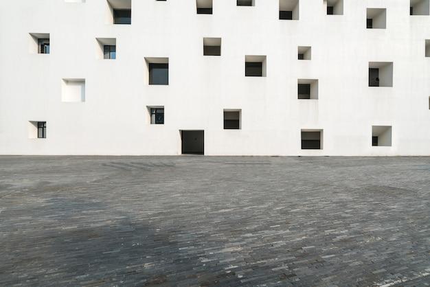 空の床と白い窓