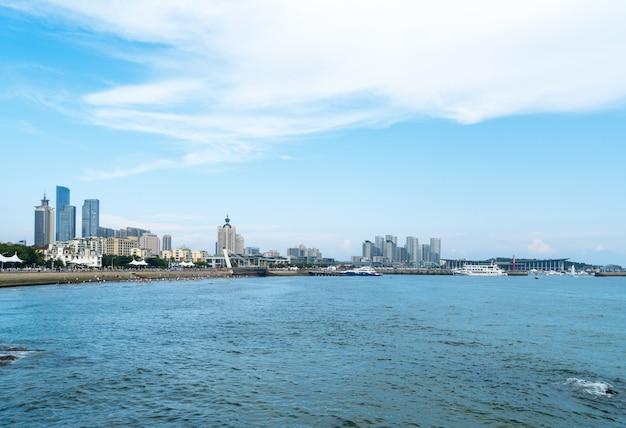 中国青島の海岸と都市のスカイライン