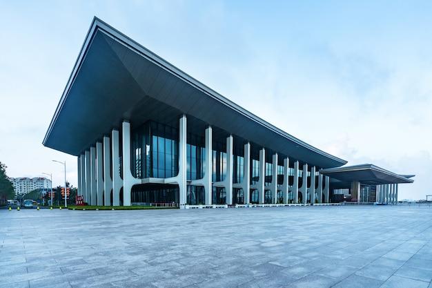 正方形の近代的な都市の建物