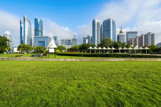 中国青島の公園芝生と近代都市建築