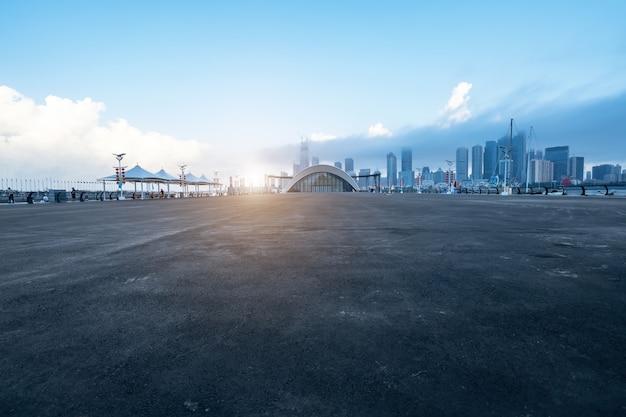 Пустое шоссе с городским пейзажем и горизонтом циндао, китая.