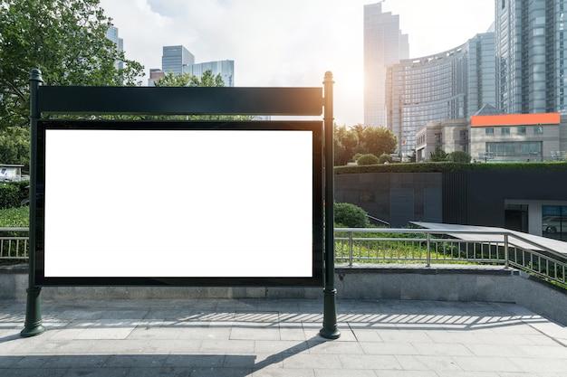 Наружные рекламные щиты и современные городские здания в циндао, китай