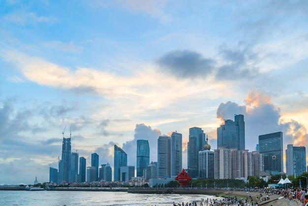 Залив и современный городской пейзаж в циндао, китай