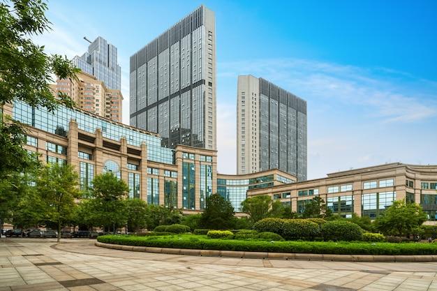 Пустые этажи и офисные здания в финансовом центре, циндао, китай