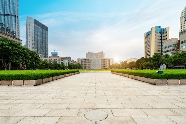 中国青島の金融センターの空床とオフィスビル