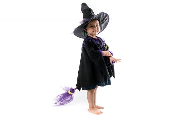 Хеллоуин милая девушка носить костюм ведьмы на белом