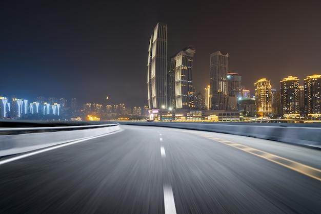高速道路と近代的な都市のスカイライン