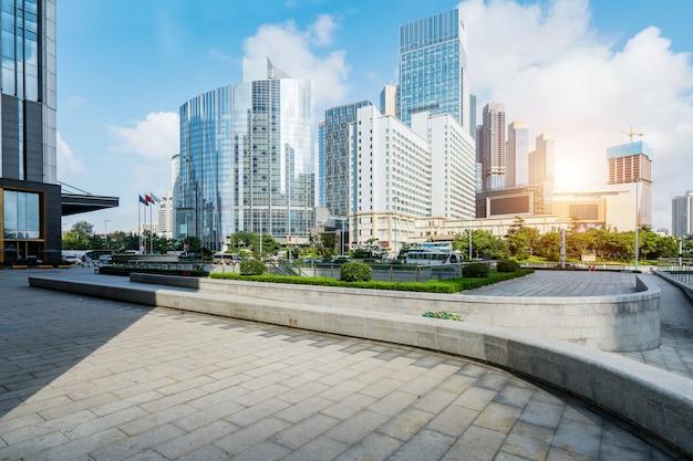 空の広場と近代的なオフィスビル、青島、中国