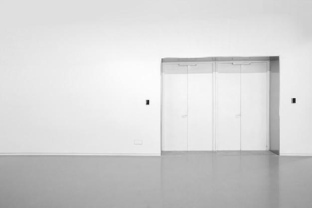 内部空間の白い壁と灰色のセメントの床