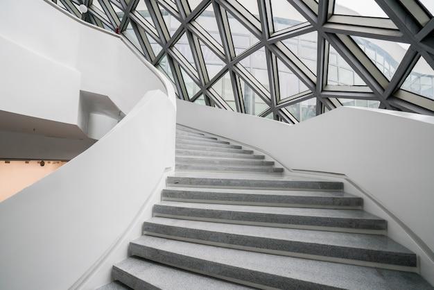 中国の重慶にある現代美術館、美術館の回転階段。