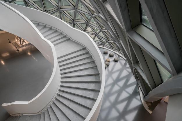 Вращающаяся лестница художественного музея, музея современного искусства в чунцине, китай.