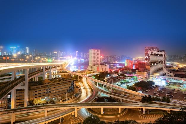 中国、重慶の円形高架と近代的な都市建築