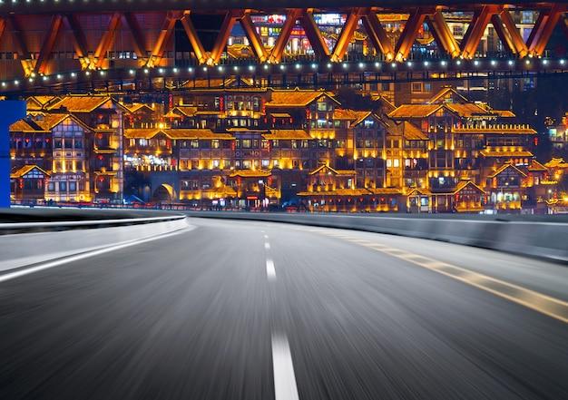 高速道路と近代的な都市のスカイラインは、中国の重慶にあります。