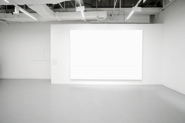 Музей современного искусства. пустая галерея, внутреннее пространство, белые стены и серые полы