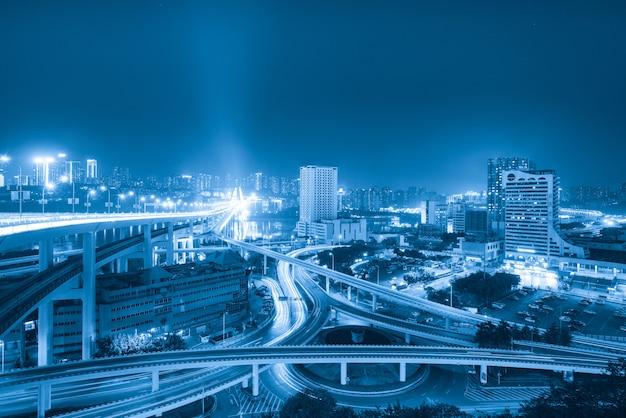 中国重慶の円形高架と近代的な都市建築