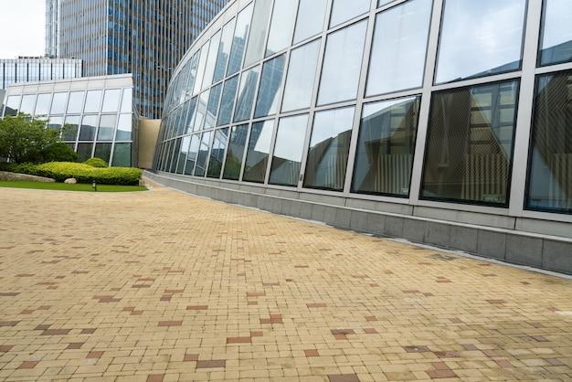 Пустая площадь и современное офисное здание, циндао, китай
