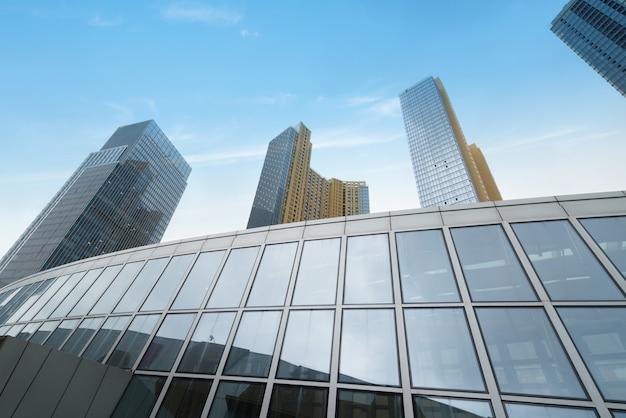 Стеклянная ненесущая стена небоскреба в финансовом центре