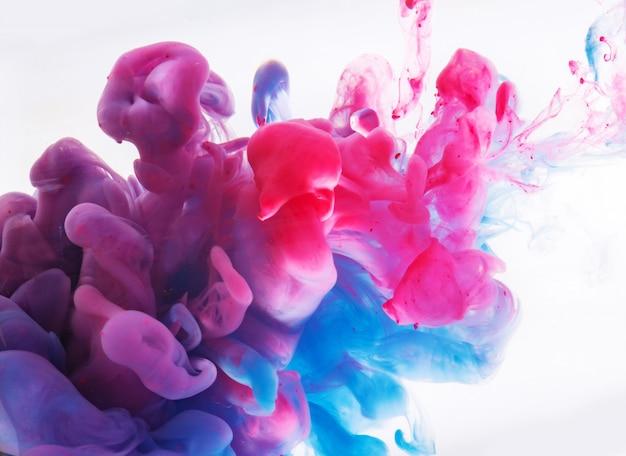 水に溶ける色によって形成される抽象
