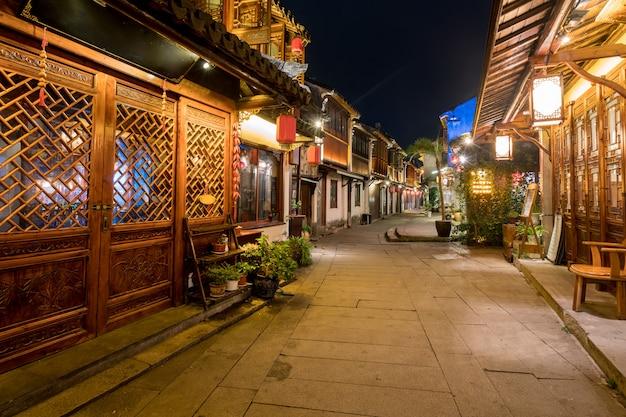 Ночью на улицах древнего города чжоучжуан, сучжоу, китай