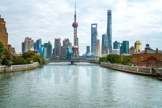 中国の歴史的なワイバイドゥ橋と上海のスカイライン
