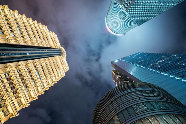 夜、上海、中国の金融センターの高層ビルを見上げる