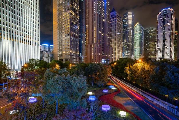 Под пешеходным мостом шанхая городской пейзаж ночью, китай
