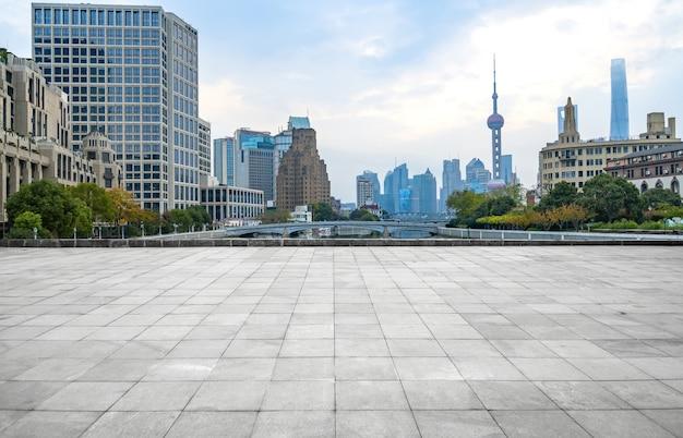 パノラマのスカイラインと空のコンクリートの正方形の床、上海、中国の建物