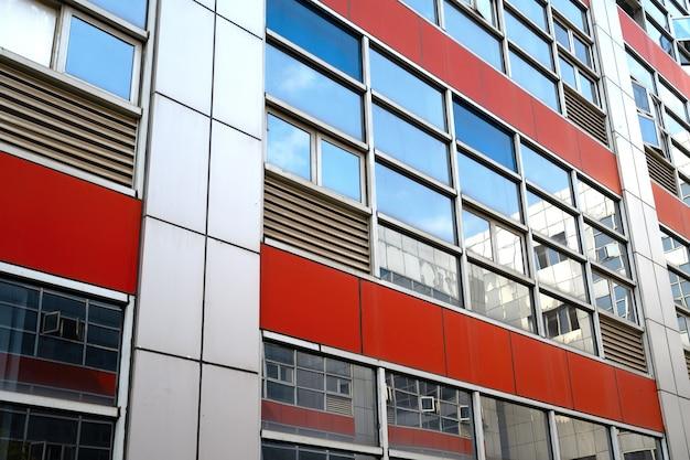 超高層ビルのガラスのファサードを見上げる