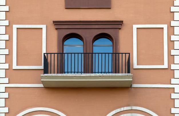 Красочные окна и стены средиземноморской архитектуры