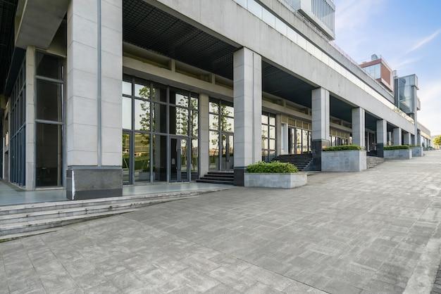 オフィスのガラス窓と金融街、中国・重慶の空床