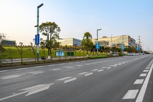 中国・重慶の高速道路と都市の建物