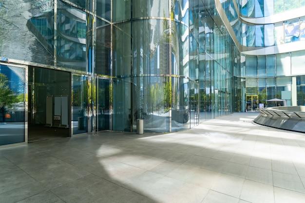 パノラマスカイラインと空のコンクリートの正方形の床、前江新市街、杭州、中国の建物