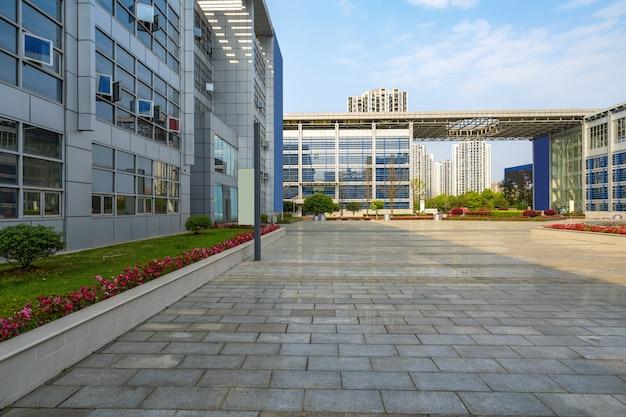 空の床と中国重慶サイエンスパークのオフィスビル