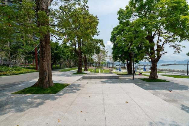 中国、深センの浜海公園の庭園とフィットネストレイル