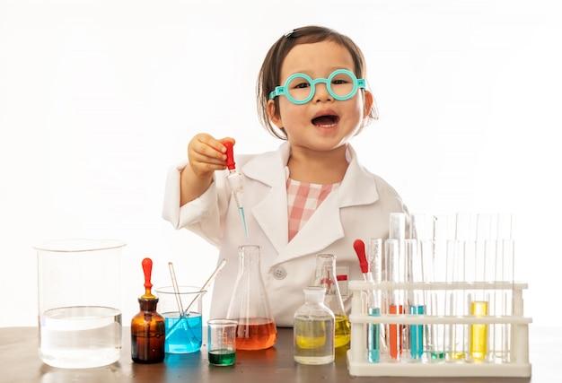 Маленькая девочка, одетая как ученый