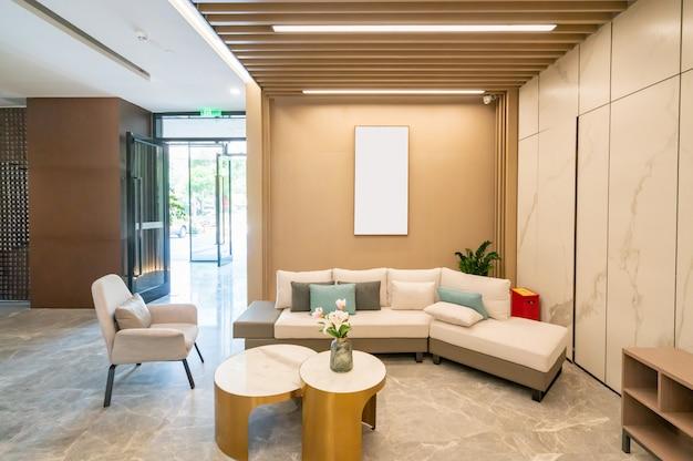 モダンな装飾スタイルのリビングルーム、革のソファ
