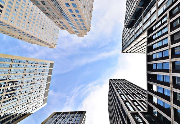 空の背景を持つ建物の底面図
