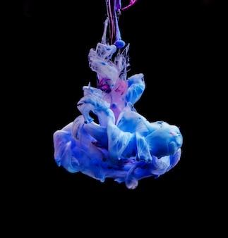 青インクの抽象的な形状