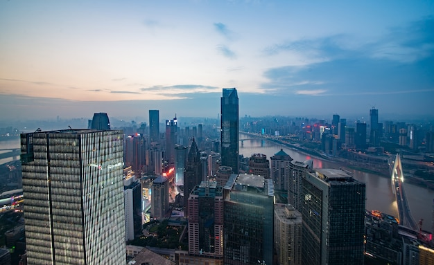 日の出時の川岸で、重慶市のスカイラインや風景。