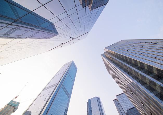 屋外で青上昇、金融ビル
