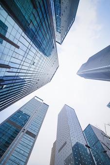 На открытом воздухе голубое новое здание города