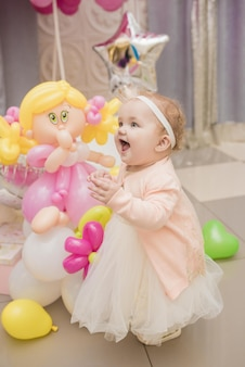 Красивая девушка с разноцветными шарами и подарками на вечеринке по случаю дня рождения
