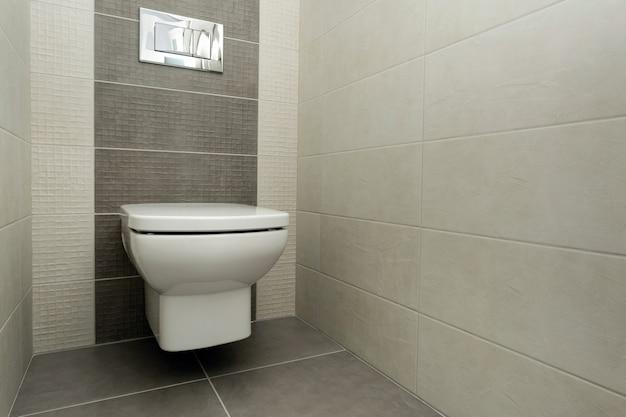 浴室の白い便器。