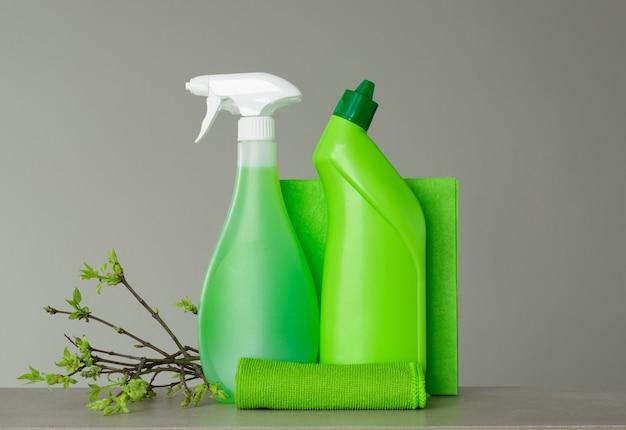 春の大掃除のための緑のセットと若い春の葉の小枝。