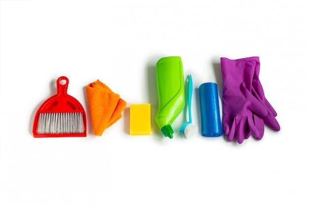 Чистящие средства набор цветов радуги, изолированные на белой поверхности. концепция генеральной уборки.