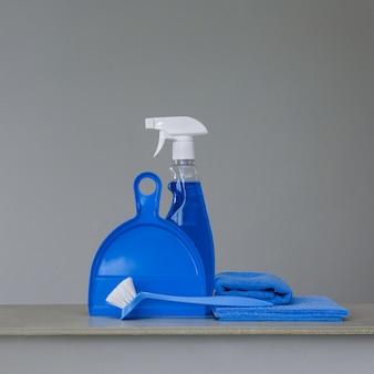 クリーニングツールとニュートラルの製品の青いセット