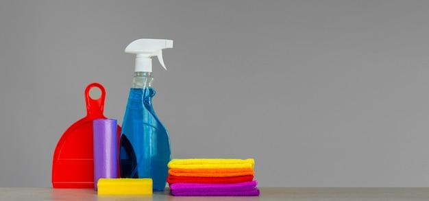 中立で家を掃除するためのツールのカラフルなセット