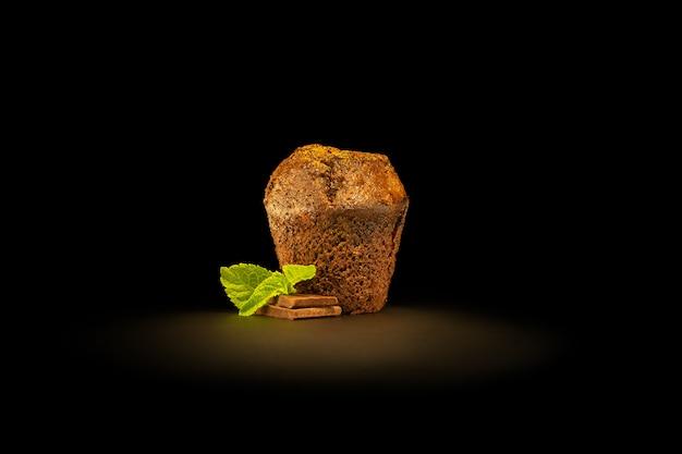 ココアをまぶしたチョコレート片とミントの葉が入ったチョコレートフォンダン