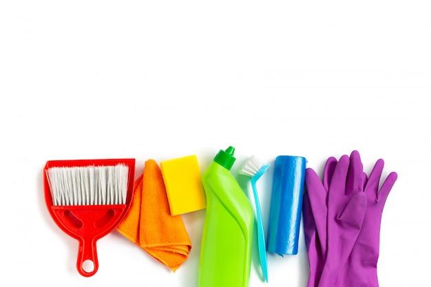 家の明るい春の大掃除のための多色キット。春のコンセプト。上面図。コピースペース。