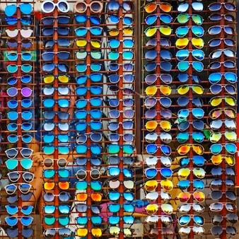Уличная витрина с различными солнцезащитными очками для защиты глаз.